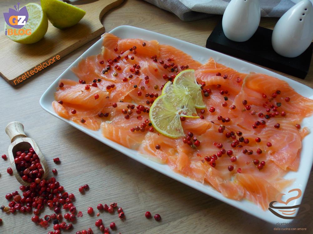 Carpaccio di salmone al pepe rosa e lime