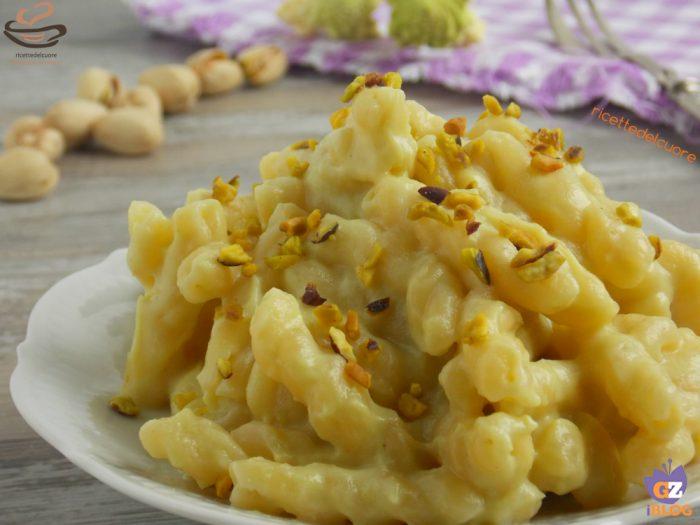 Pasta con Crema di Cavolo Romano Taleggio e Pistacchi