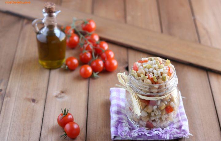 Insalata di orzo con ceci olive e pomodorini