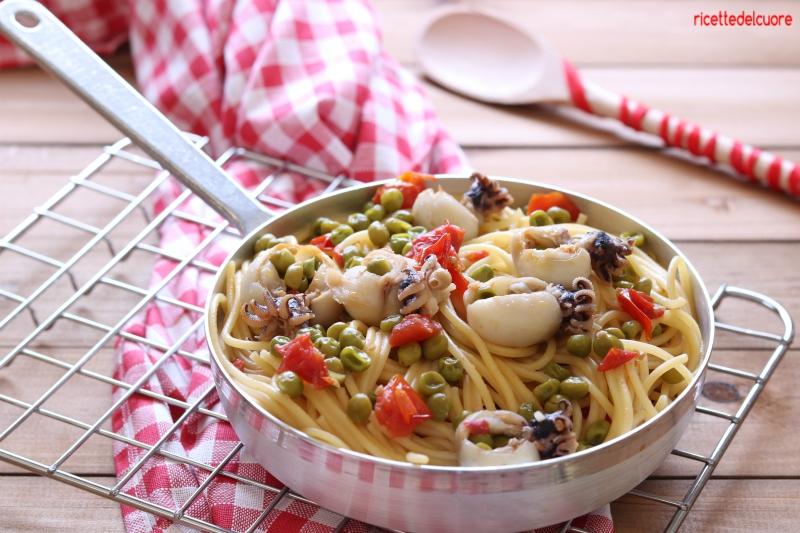 Spaghetti con seppiolie e piselli