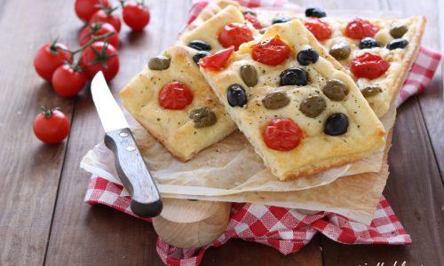 Focaccia con pomodorini origano e olive