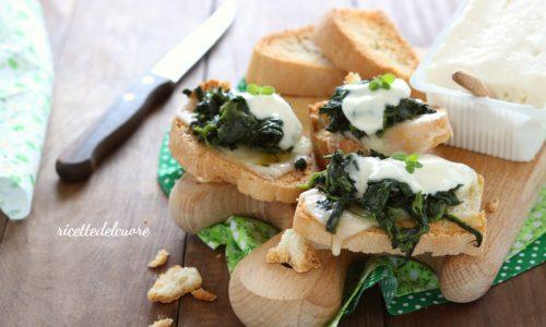 Crostoni di pane con spinaci e stracchino