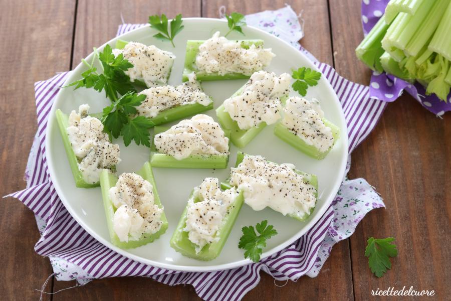 Barchette di sedano e gorgonzola