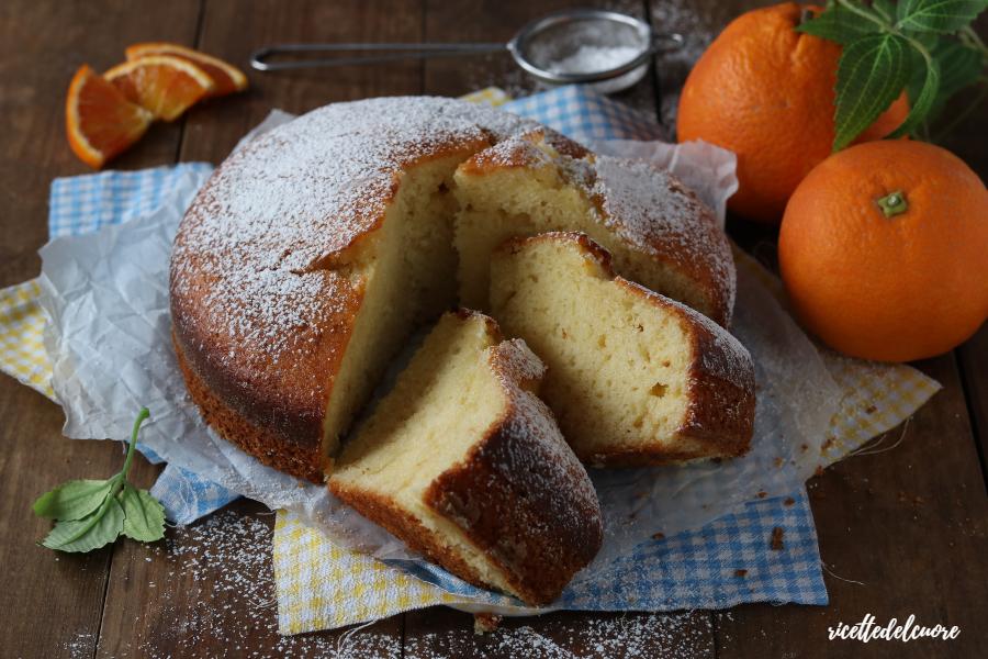 Oggi vi delizio con la Torta ricotta e arance, morbidissima, profumata, perfetta per la prima colazione e la merenda di tutta la famiglia. Succo e buccia delle arance