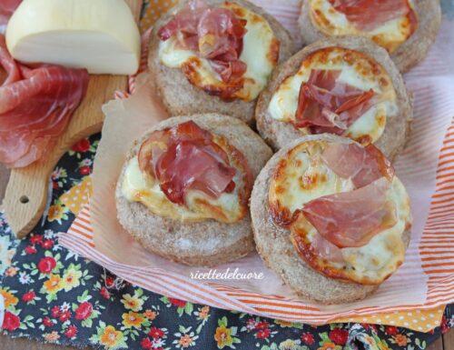 Pizzette integrali con scamorza e speck