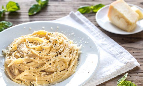 Spaghetti cacio e pepe: ricetta romana pasta cacio e pepe cremosa
