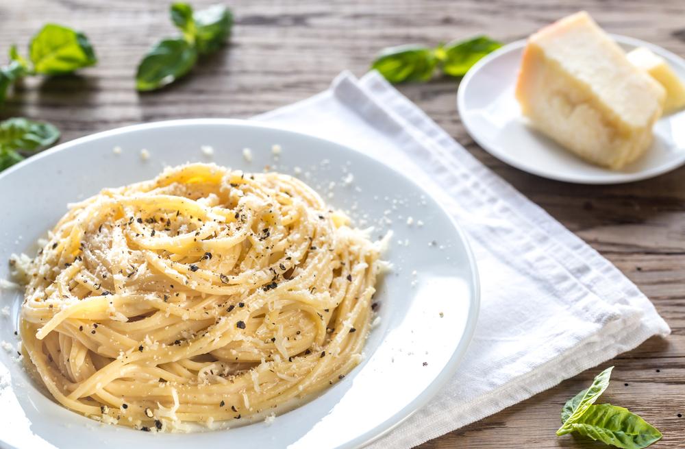 Spaghetti cacio e pepe ricetta romana pasta cacio e pepe for Pasta tipica romana