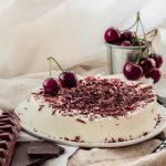 Torta bavarese senza cottura alla vaniglia con cioccolato fondente
