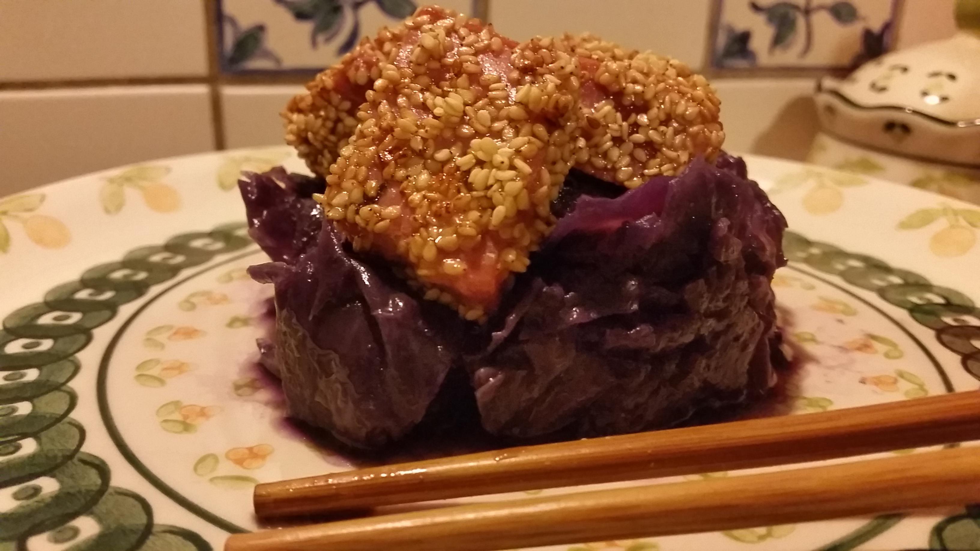 Verza viola stufata all'aglio e peperoncino, bocconcini di tonno fresco marinati con salsa di soia e semi di sesamo. Un piatto gustosissimo!