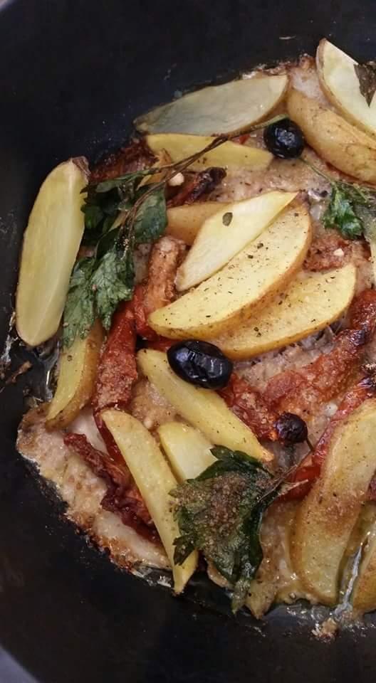 Sarde saporite con pomodori secchi, olive nere e stick di patatine novelle