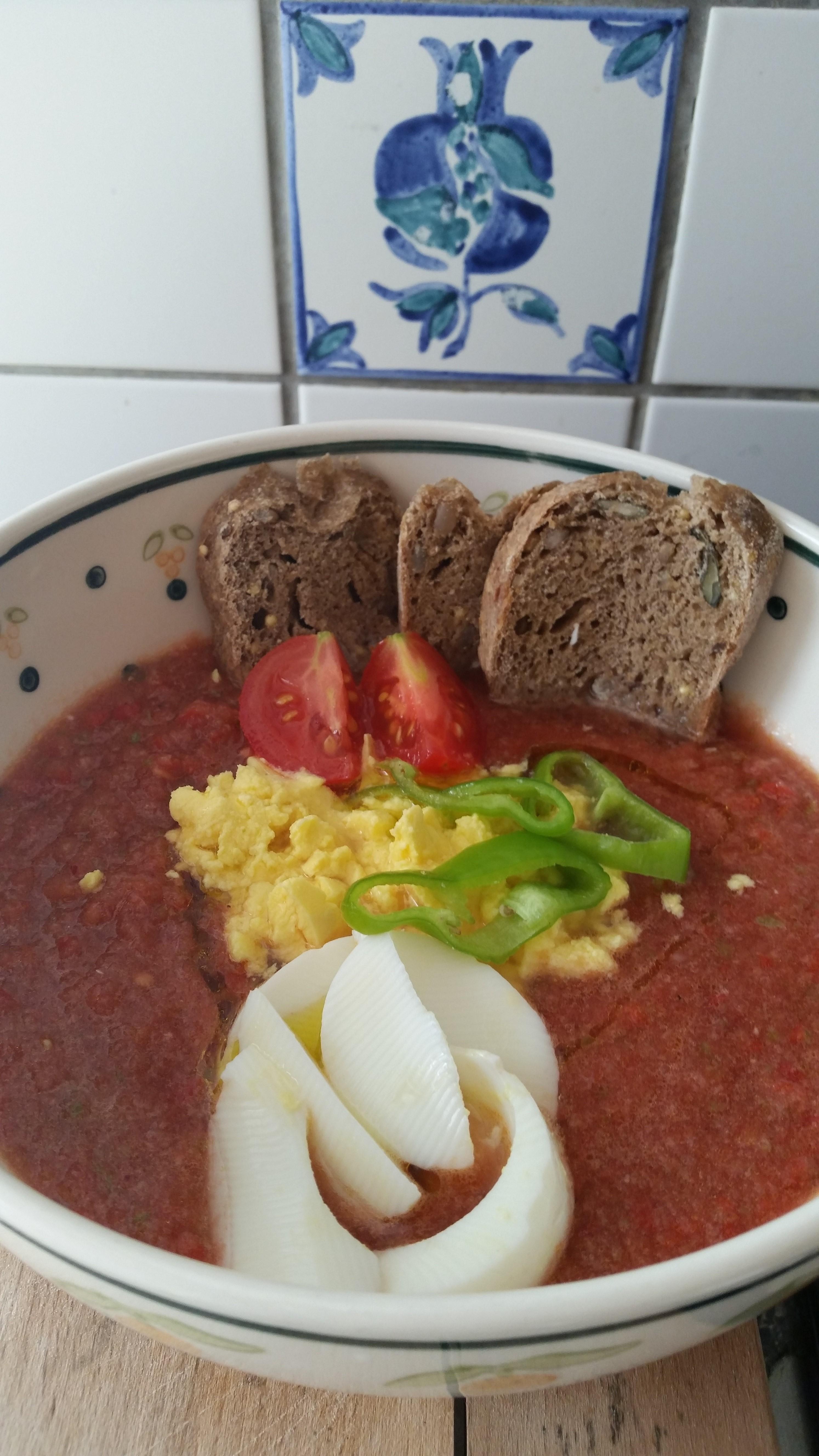 Gazpacho con crostini ai semi e uovo sodo ;b