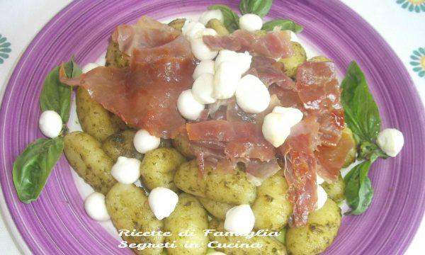Gnocchi al Pesto con Prosciutto Croccante e Pepite di Mozzarelline