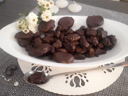 Frutta secca ricoperta con cioccolato fondente