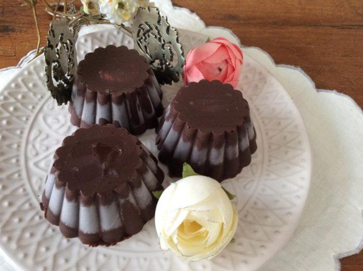 scrigni di gelato ricoperti di cioccolato fondente