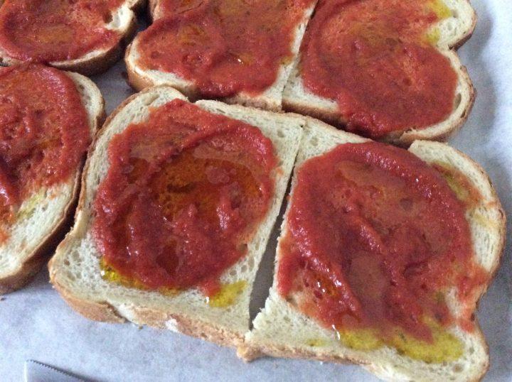 Fette di pancarrè con pomodoro