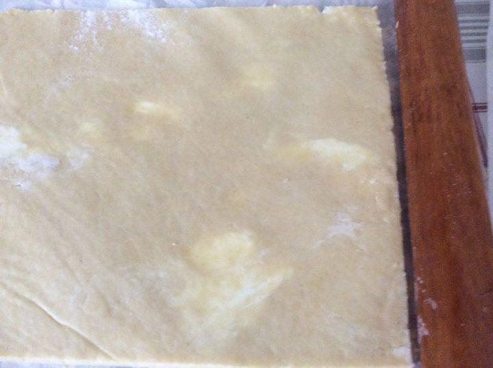 pasta frolla al formaggio stesa