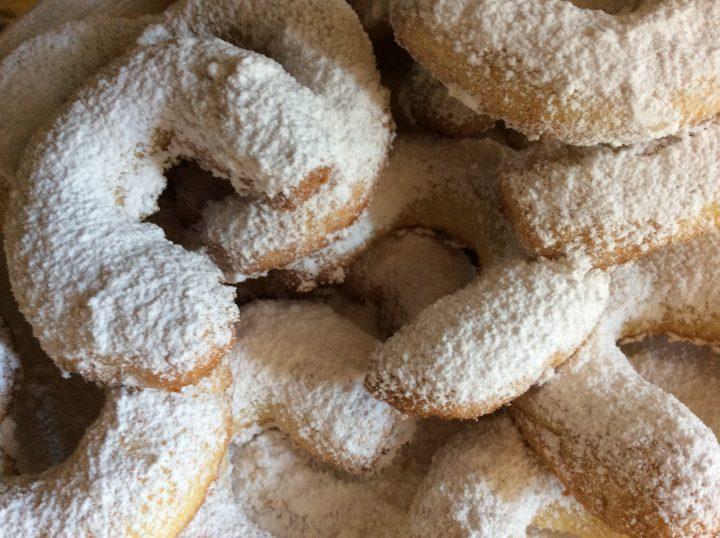 cornetti alla vaniglia ricoperti di zucchero a velo