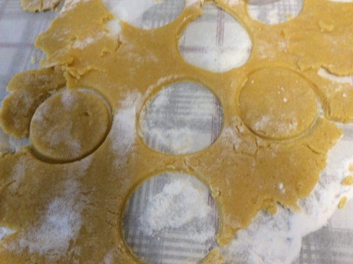 ritagli di pasta frolla per quasi un pasticiotto