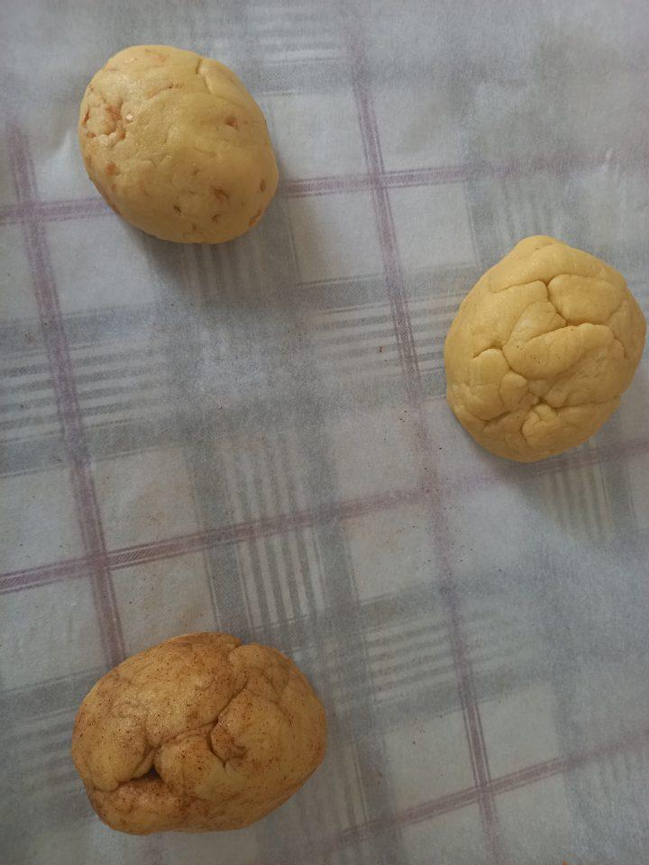 palline di pasta per fare i taralli pugliesi con peperoncino, cipolla e al naturale