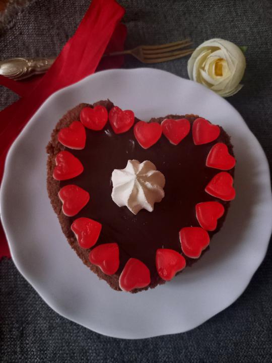 Cuori al cacao crema all'arancia e ganache al cioccolato con caramelle gommose