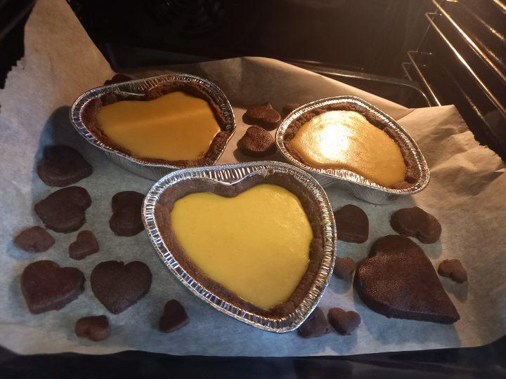 Cuori al cacao crema all'arancia e ganache al cioccolato in forno