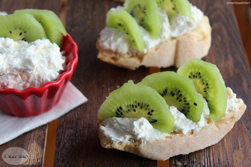 Crostini al formaggio e kiwi