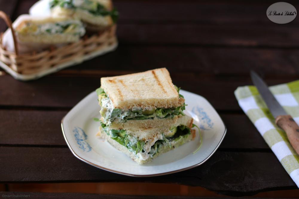 Sandwich con crema yogurt e avocado