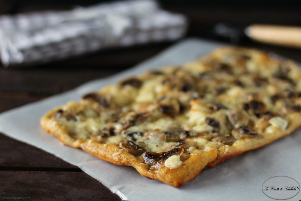 Pizza in teglia ai funghi e caciotta