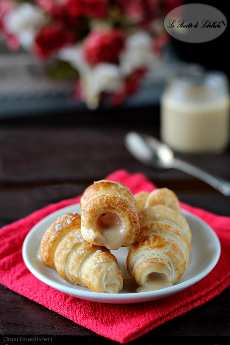 Cannoli di pasta sfoglia con crema di nocciole bianca