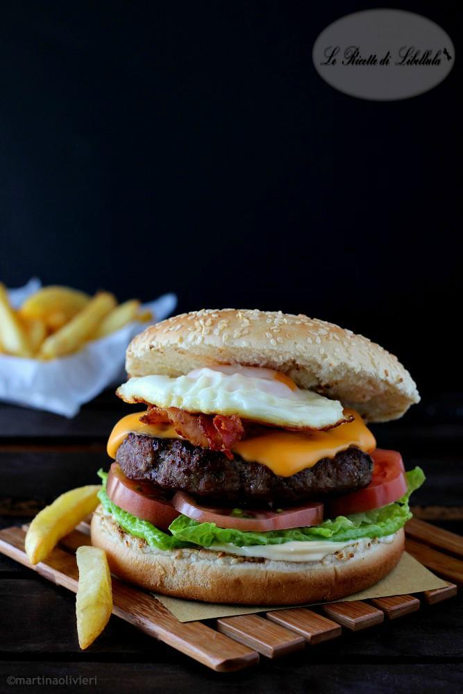 Hamburger con bacon e uova