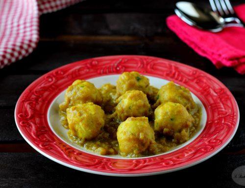 Polpette di pane e formaggio con salsa al curry e mela