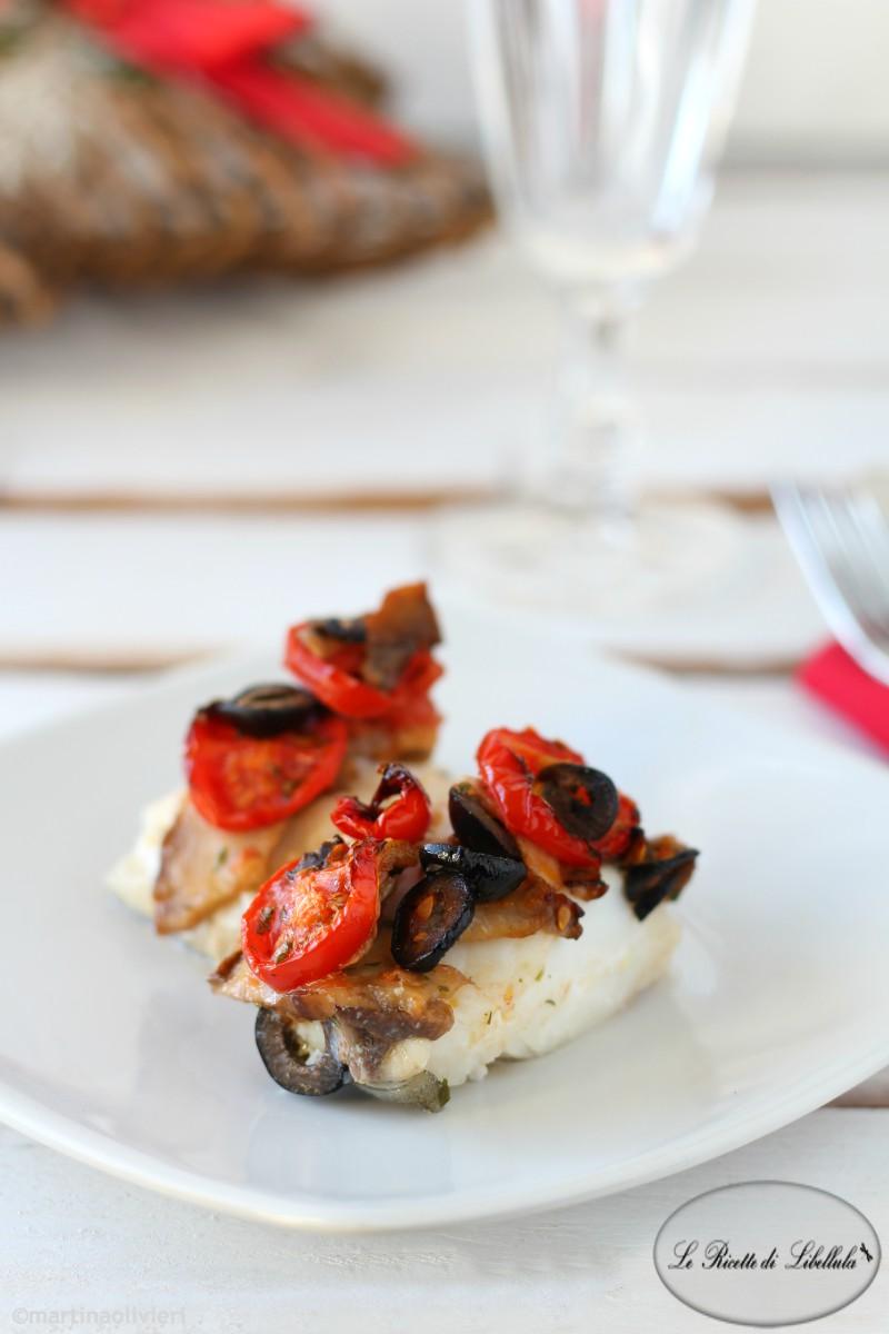 Baccalà al forno con funghi, olive e pomodorini