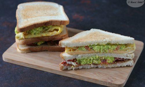 Sandwich con guacamole, uova e bacon
