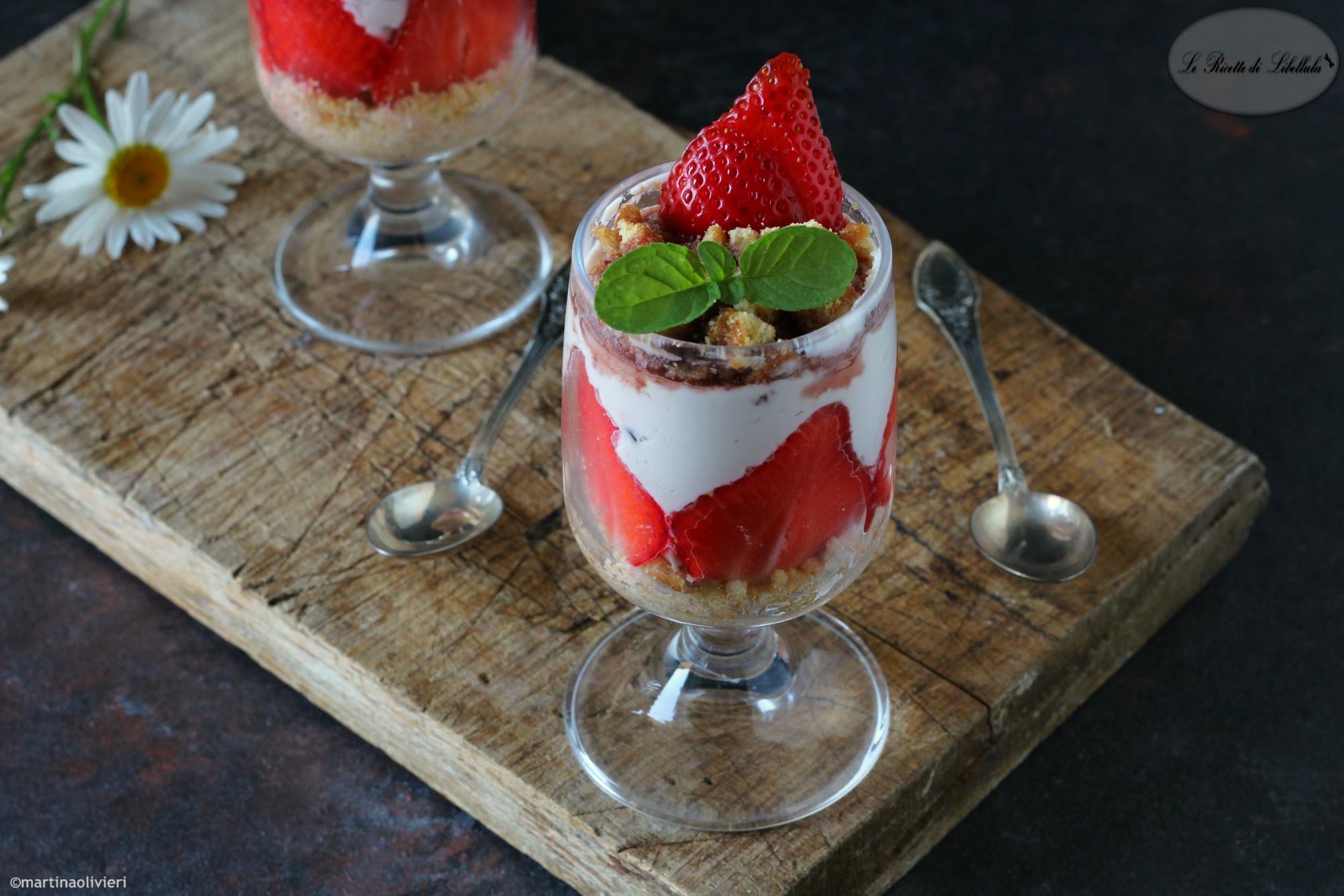 Coppa al mascarpone e yogurt con fragole e amarene