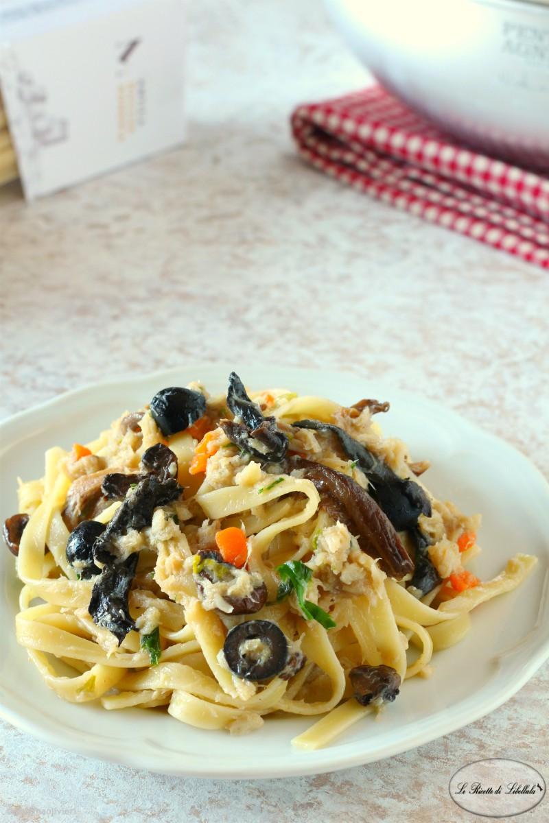 Pasta al baccalà con funghi e olive
