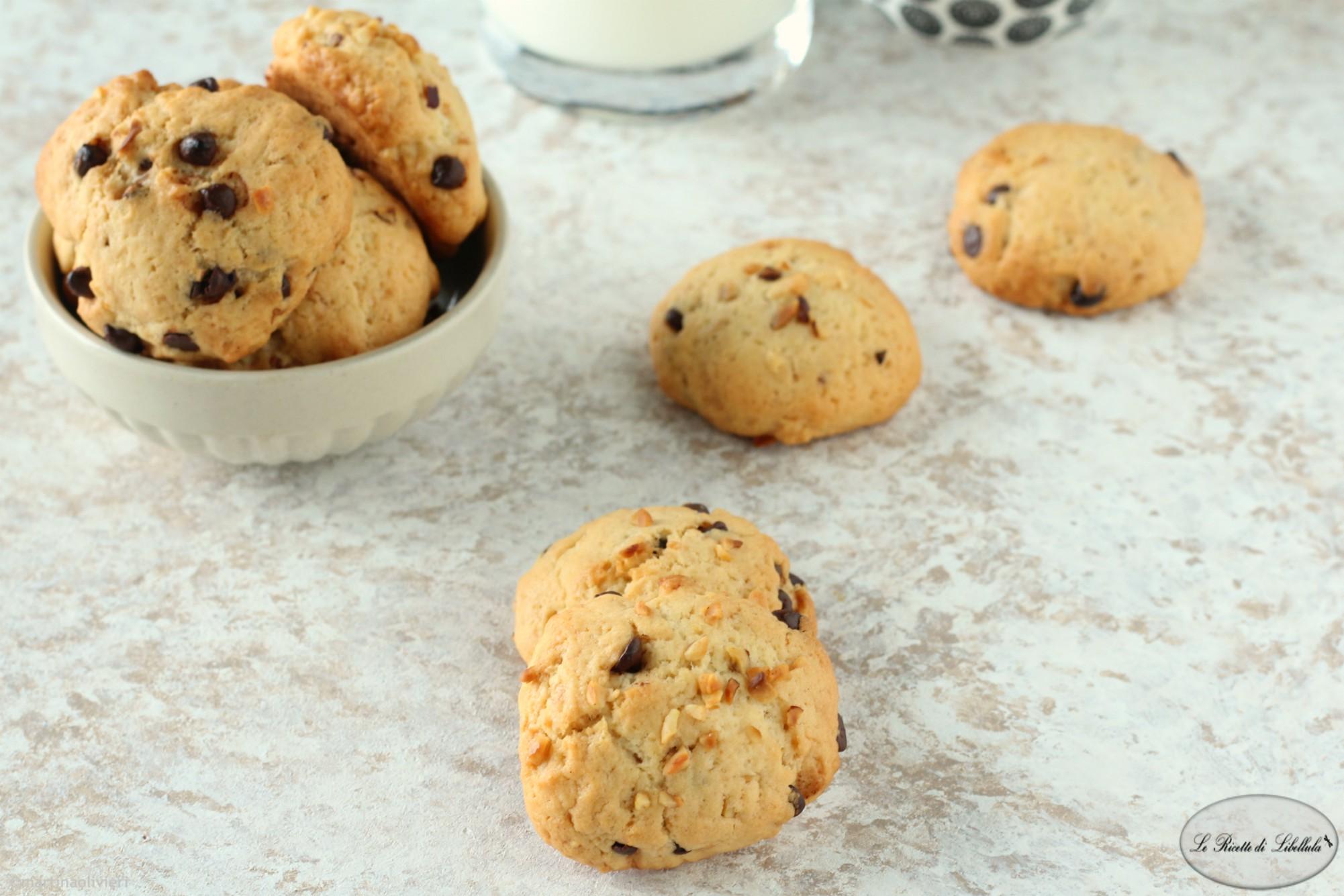Biscotti con gocce di cioccolato e nocciole