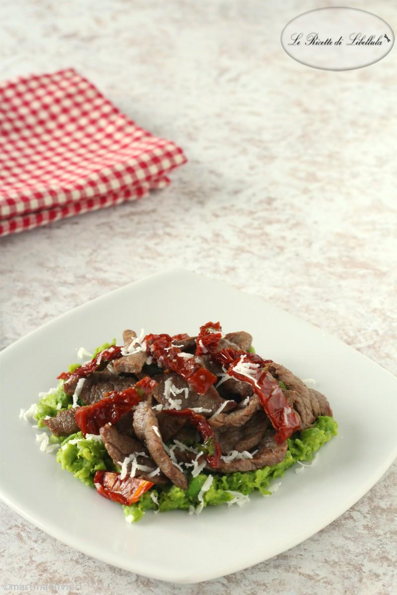 Straccetti di carne con piselli, pomodori secchi e caciocavallo