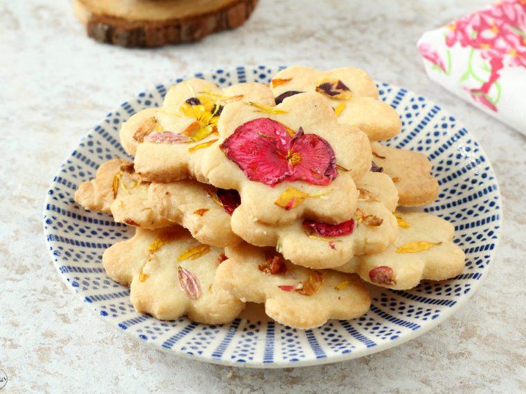 Biscotti di frolla con fiori eduli