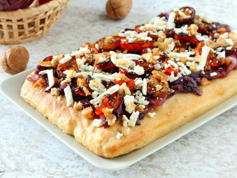 Focaccia con radicchio, pomodorini, ricotta salata e lardo croccante