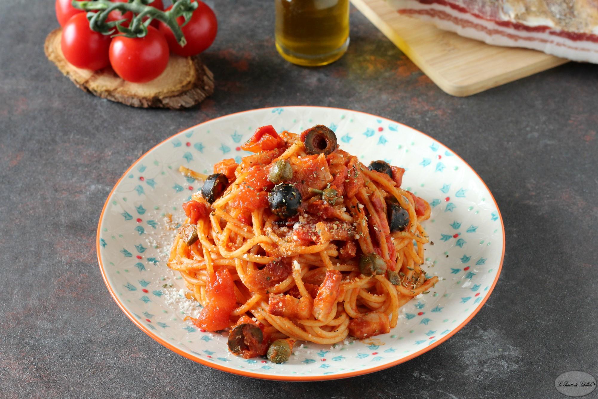 Pasta con pomodorini, guanciale, olive e capperi