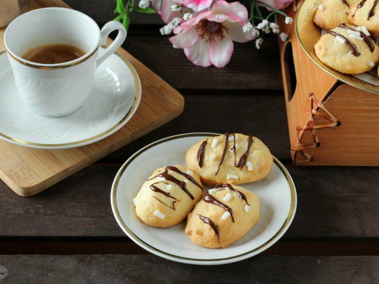 Biscotti da inzuppo con granella di zucchero e cioccolato