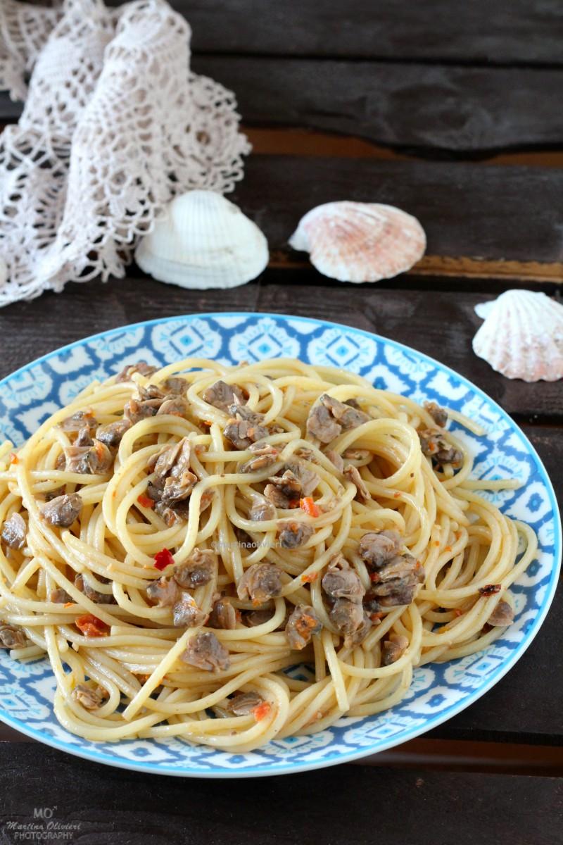 Pasta alle vongole con pomodori secchi e olive