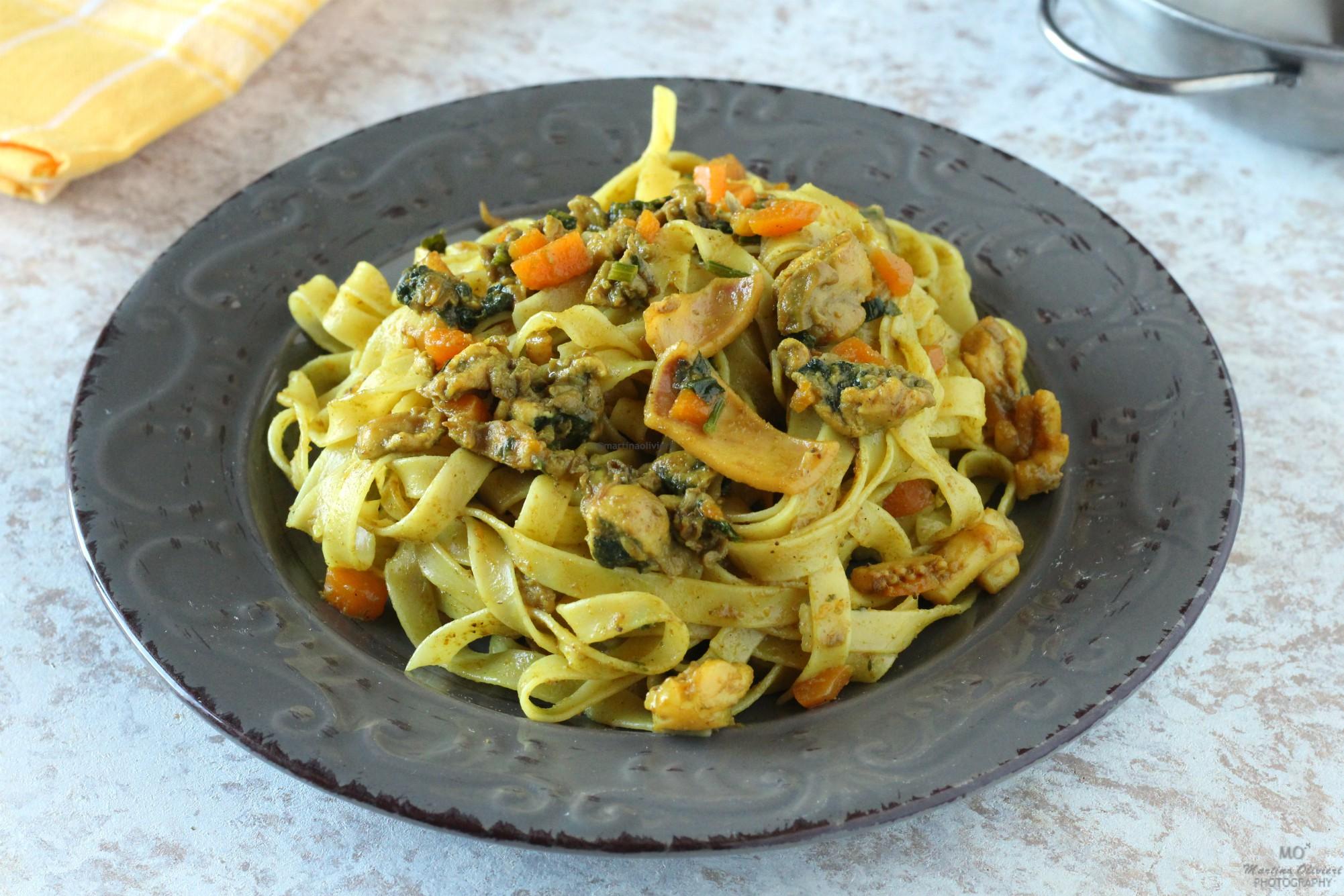 Tagliatelle al curry con totani e ostriche