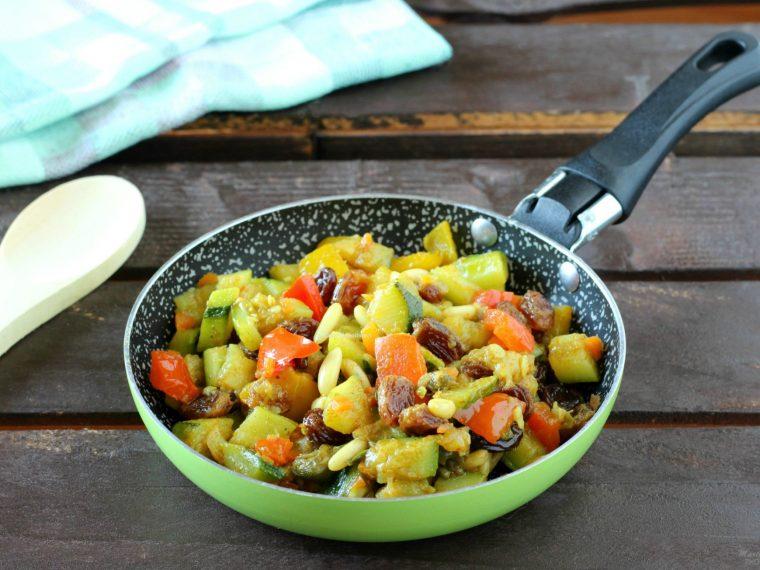 Zucchine e peperoni speziati con uvetta e pinoli
