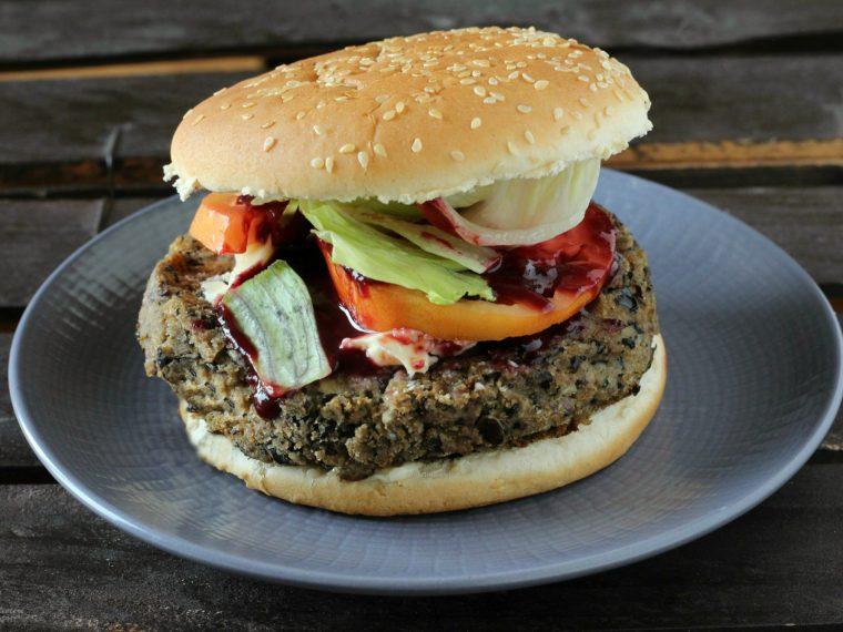 Burger ai fagioli neri e funghi con salsa alle more