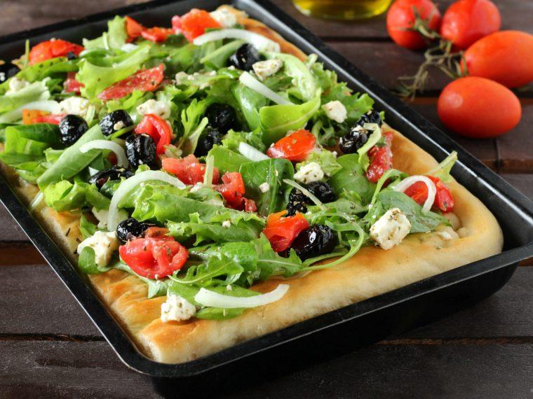 Focaccia con insalata greca