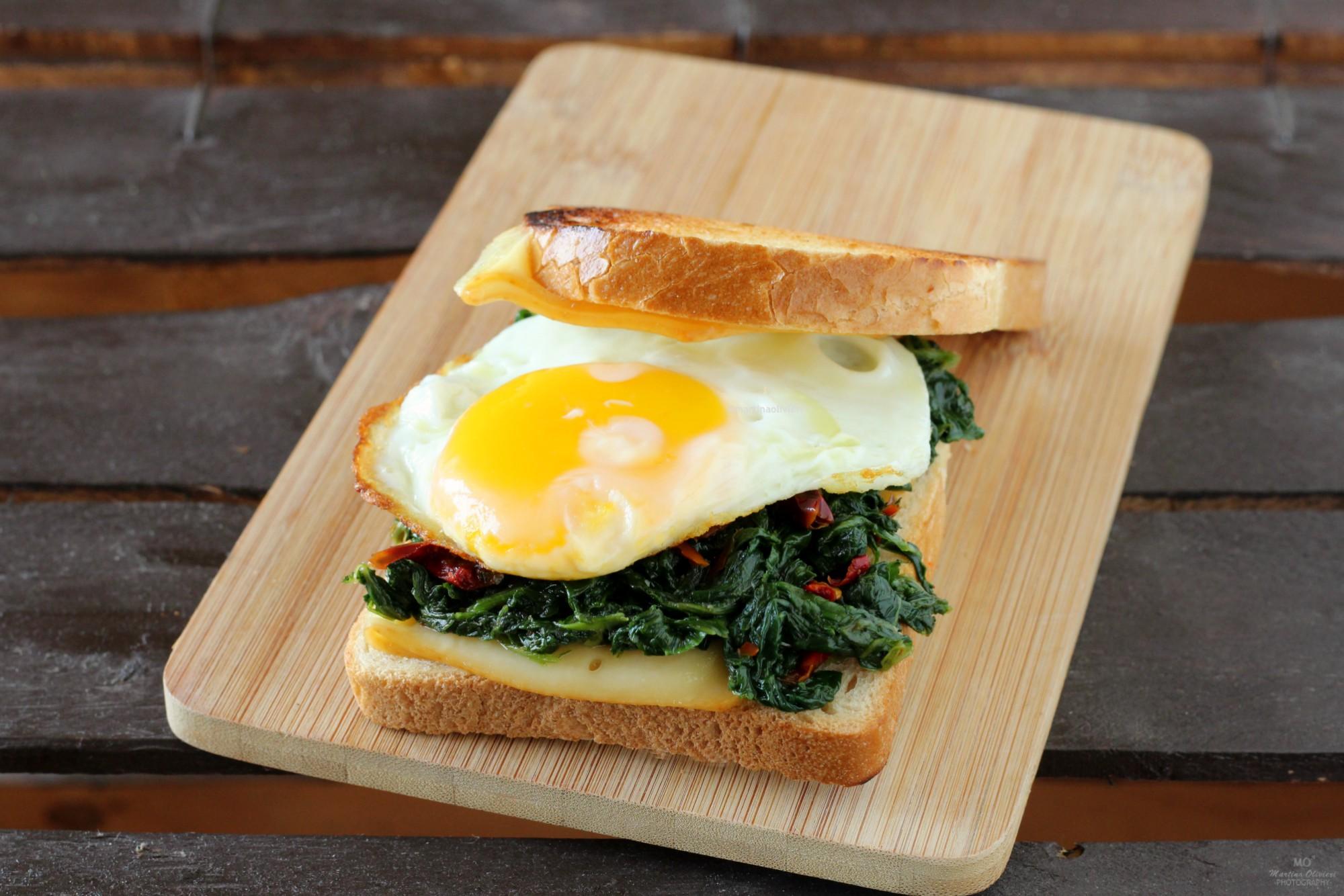 Sandwich con uova, verdura e peperoni secchi