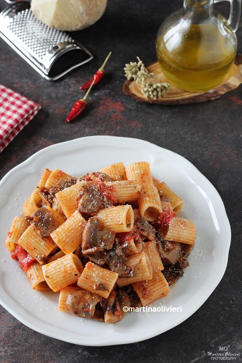 Pasta con pomodorini, funghi e ricotta salata