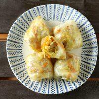 Involtini di fogli di riso con verza e finocchi speziati