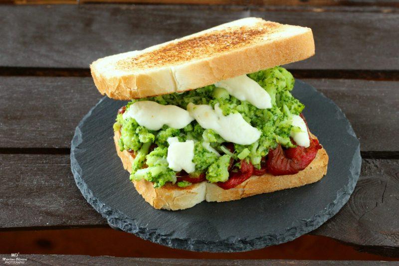 Sandwich con broccoli e peperoni arrosto